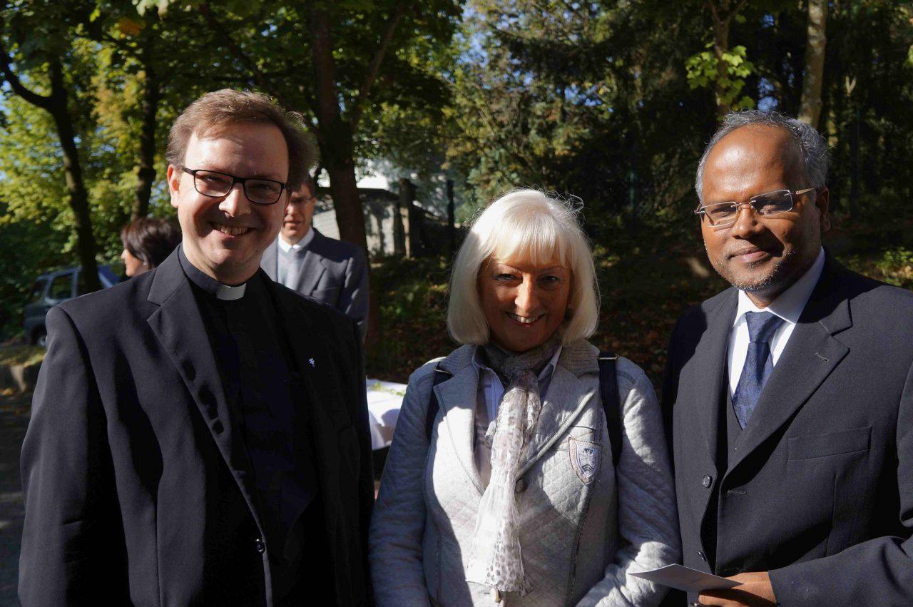 Pfr. Alkofer mit seiner Mutter und Pfr. Xavier Parambi